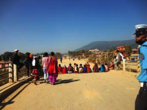 सडक निर्माणले सास्ती भएको भन्दै सडक अवरुद्ध पार्दै स्थानीय महिलाहरु ।